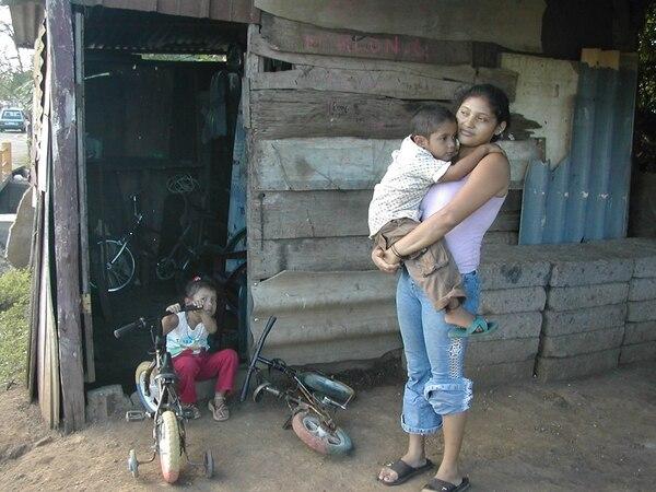 Fátima Vanegas, de 21 años y su hijo Lenín Alexánder en el barrio El Recreo, de Managua. Nicaragua tiene el mayor porcentaje de hogares hacinados y dificultades en la calidad de la vivienda en el Istmo. | ARCHIVO