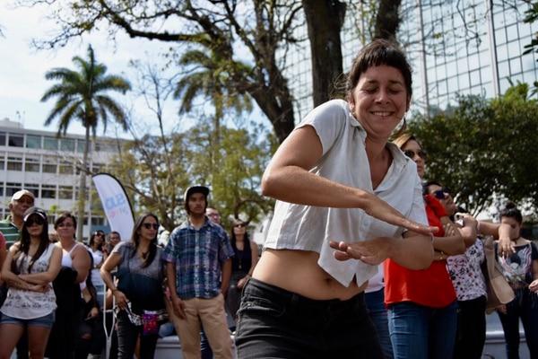 La bailarina española Alicia Ruata no se contuvo con la música del grupo Palo Santo en el Templo de la Música, del parque Morazán. Fotografía: David Vargas para LN.