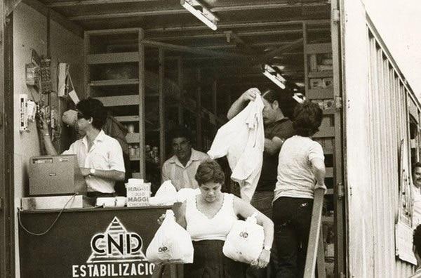Hacer fila durante horas no garantizaba conseguir los productos de primera necesidad. Entonces, cientos de familia optaron por el trueque: se intercambiaban alimentos entre ellos,