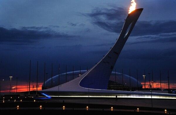 El pebetero de los Juegos de Invierno Sochi 2014 resalta frente al domo de hielo Bolshoy. | AFP