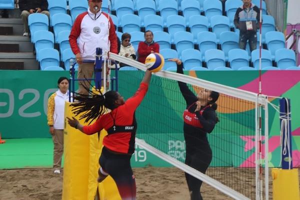 La costarricense Valeria Valenciano (derecha) sorprende con un toque de balón a su rival de Trinidad y Tobago. Costa Rica venció 2-0 a las caribeñas y avanzó a los octavos de final en el voleibol de playa femenino de los Juegos Panamericanos Lima 2019. Cortesía: Comité Olímpico