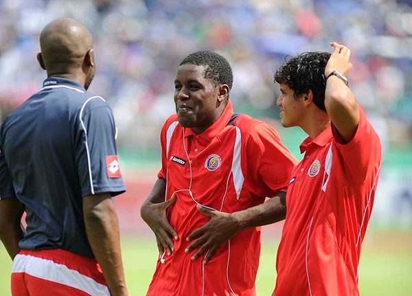 Paulo Wanchope (de espalda), Joel Campbell (centro) y Yeltsin Tejeda se asomaron para ver a los aficionados en el estadio Olímpico Metropolitano de San Pedro Sula.