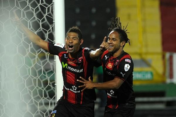 Armando Alonso y Jonathan Mcdonald, anotadores de dos tantos cada uno, festejan el momentáneo 3 a 1 alajuelense. | RAFAEL MURILLO