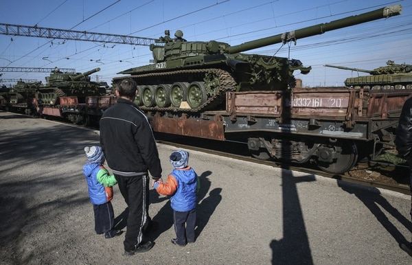 Rusia anunció hoy la retirada de su décimo quinto batallón motorizado de la frontera con Ucrania, después de que el presidente de Estados Unidos, Barack Obama, pidiera el repliegue de las tropas rusas para rebajar la tensión en la zona.