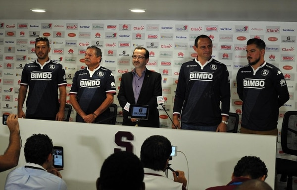 Alonso Solís, Guillermo 'Coco' Hernández, Juan Carlos Rojas, José Francisco Porras y Gabriel Badilla estuvieron en la presentación de la nueva camisa del Saprissa.