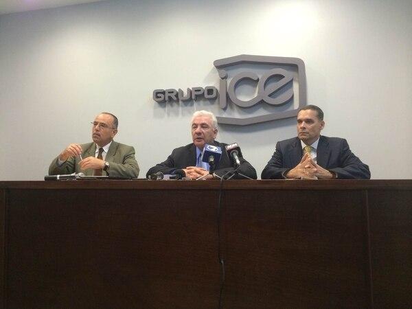 Elbert Durán, vocero del ICE. Carlos Obregón, presidente, y Luis Pacheco, gerente de Electricidad.