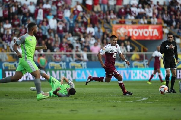 Jairo Arrieta lo intentó, pero no pudo reencontrarse con gol ante Limón, el domingo en el Ricardo Saprissa. / Fotografía: John Durán