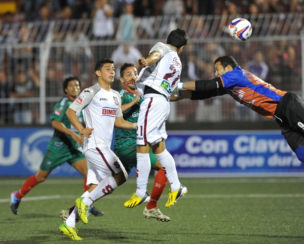 Diego Estrada hizo un gol el 27 de abril en el Morera Soto ante Carmelita. Esa fue la mejor taquilla carmela en el Verano 2013 (¢13.5 millones).   ARCH.