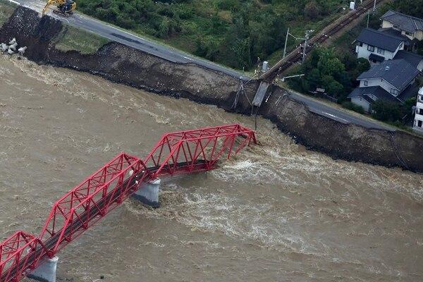 Vista aérea de los daños sufridos en un puente de tren tras el paso del tifón Hagibis en la prefactura de Nagano. Foto: AFP.