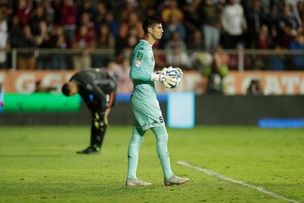 El portero de Saprissa Aarón Cruz durante la tanda de penales frente a Herediano en las pasadas semifinales. Foto: José Cordero