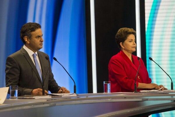 Los candidatos presidenciales Aecio Neves, del Partido Socialdemócrata Brasileño, y Dilma Rousseff, del Partido de los Trabajadores, participaron el domingo en un debate por televisión en São Paulo. | AFP