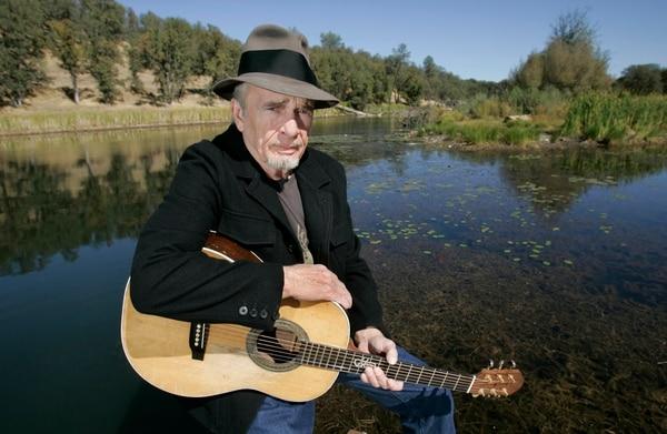 Merle Haggard posa en el 2007 para una fotografía en su rancho en Palo Cedro en California.
