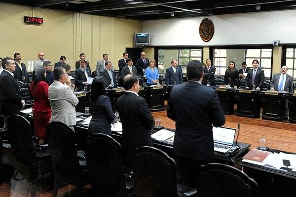 Los 47 diputados presentes en el plenario aprobaron, esta tarde, una ley para recortar sus aumentos anuales. Foto: Luis Navarro.