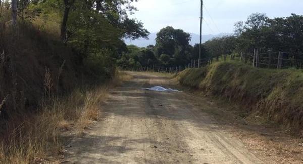 El cuerpo lo dejaron abandonado en una calle de tierra en Santa Ana de Belén, de Carrillo, Guanacaste. Foto cortesía de Guananoticias