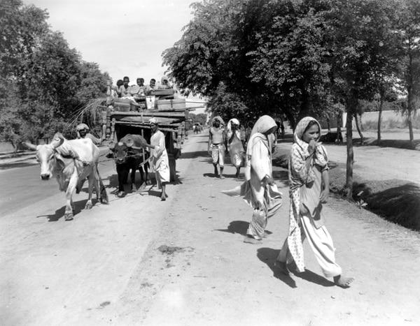 Una familia musulmana huía de India por una carretera cercana a Lahore, Pakistán, en agosto de 1947, poco después de la independencia que llevó a la partición del subcontinente.