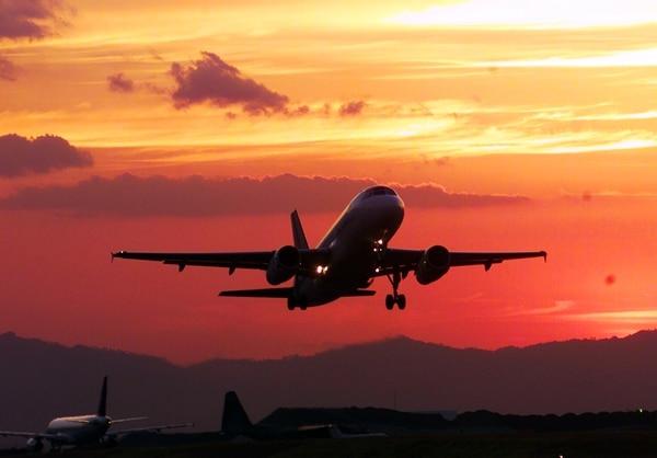 Aeropuerto Juan Santamaría, despegue de un avión durante un atardecer. (Foto con fines ilustrativos)