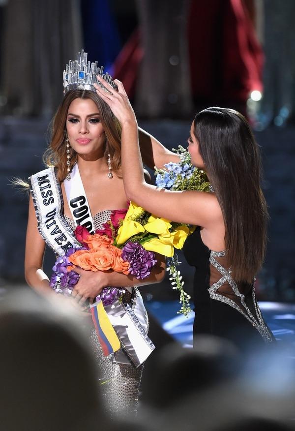 La colombiana Ariadna Gutiérrez ve como su compatriota Paulina Vega le quita la corona que sostuvo unos minutos, para dársela a Filipinas