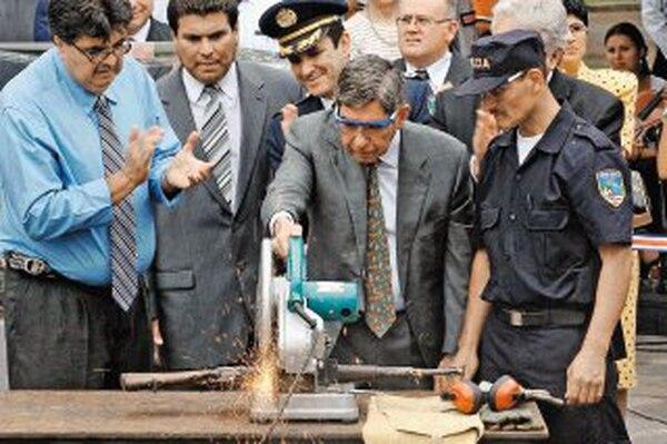 Los opositores consideraban que el decreto iba en contra del discurso pacifista de Arias. Aquí, Arias en un acto de destrucción de armas. | ARCHIVO