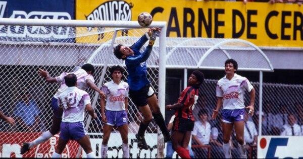 El portero de Saprissa Miguel Segura durante un clásico nacional ante Alajuelense disputado en el estadio Alejandro Morera Soto. Segura fue el tercer portero de la Tricolor en el Mundial de Italia 90. | ARCHIVO