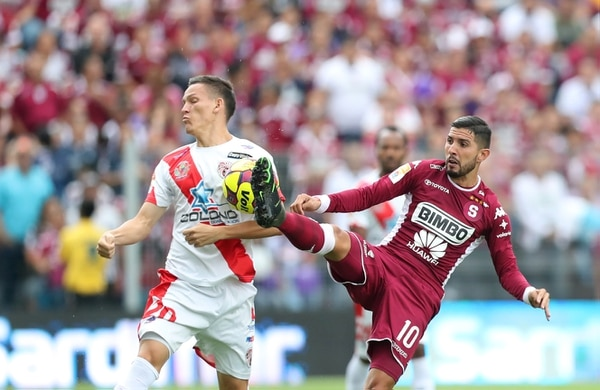 Saprissa y Santos disputan un partido parejo en Tibás.