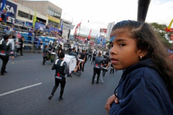 En la foto, Fioreli Pérez Blanco ve el pasacalles desde la tarima del Instituto Nacional de Seguros. Fotos Mayela López