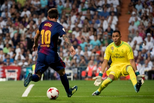 El atacante argentino del Barcelona Lionel Messi (izquierda) intentó superar al costarricense Keylor Navas (derecha) en la final de la Supercopa de España.