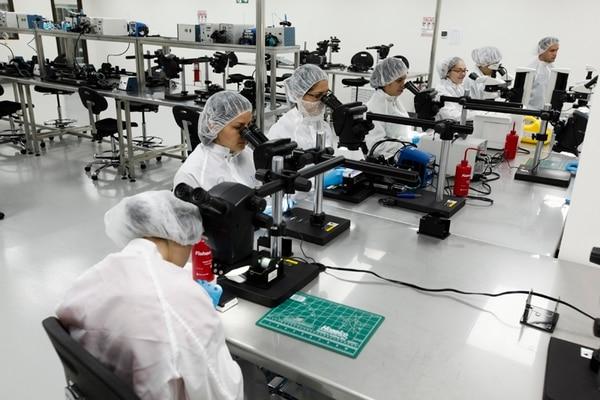 La llegada de nuevas empresas en el sector de equipo de precisión y médico impacta positivamente las exportaciones a varios países, entre ellos Bélgica. Aquí la primera planta de Bayer de ese tipo de productos, ubicada en Zona Franca Metropolitana en la Aurora de Heredia. Foto: Jorge Arce.