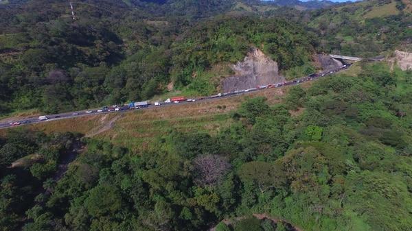 En el kilómetro 44 de la vía entre San José y Caldera fue detectada, meses atrás, una gran grieta que atraviesa la carretera, el problema crece según los reportes de Lanamme y es provocada por la inestabilidad del terreno en esa zona. Foto de Warren Campos
