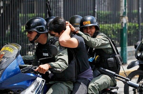 Un manifestante fue detenido por la policía en Caracas.