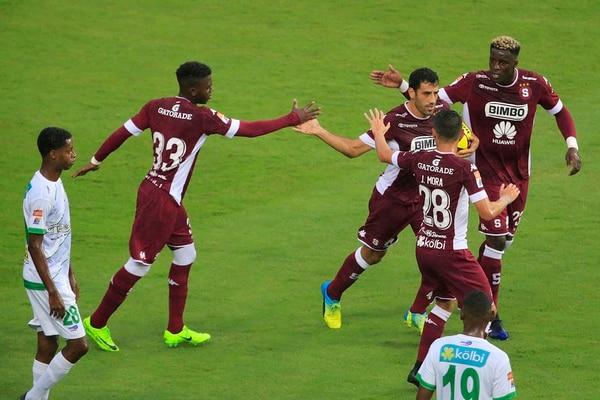 Jeylon Hadden (33) felicitó al atacante Fabrizio Ronchetti, al igual que Jordan Smith (derecha) y Joseph Mora. El delantero uruguayo consiguió un doblete ante Limón. | RAFAEL PACHECO
