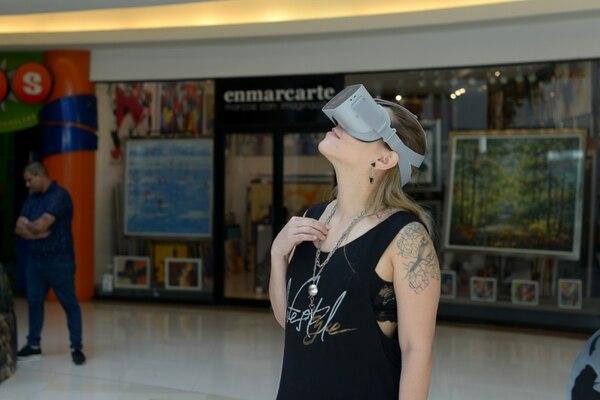 Una vez que las personas se colocan el visor, pueden mirar hacia arriba, abajo y a los lados, para apreciar el entorno completo que ofrece la realidad virtual. Fotografía: Jose Díaz/Agencia Ojo por Ojo
