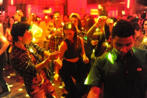 Las luces juegan con la gente en el Fyah Red, en Club Vértigo. / Fotografía: Jorge Navarro.