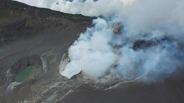 Imagen de la desgasificación del volcán Turrialba el 17 de mayo del 2016.