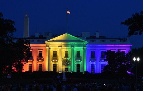 La Casa Blanca iluminó su fachada con los colores del arcoíris, símbolo del 'orgullo gay', para celebrar el histórico fallo de la Corte Suprema de Justicia que legaliza el matrimonio homosexual en Estados Unidos.