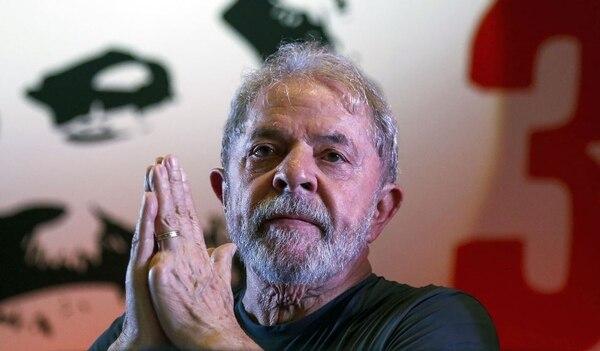 En esta foto de archivo tomada el 22 de febrero del 2018, el expresidente brasileño, Luiz Inácio Lula da Silva, hace un gesto durante la conmemoración del aniversario 38 del Partido de los Trabajadores (PT) en Sao Paulo, Brasil. Foto: AFP