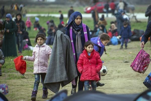 Refugiados esperan en el campamento temporal de Idomeni, en la frontera entre Grecia y Macedonia. Eslovenia, Croacia, Serbia y Macedonia acordaron dejar pasar un máximo de 580 refugiados al día a través de sus respectivos territorios en su camino hasta Austria y Alemania.   EFE