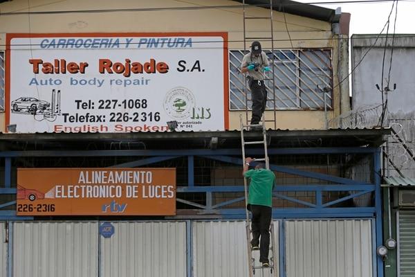Un agente judicial inspeccionó el techo del taller.   ALBERT MARÍN