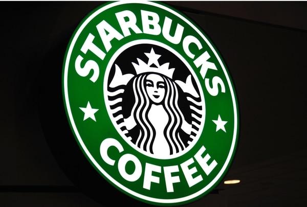 La cadena Starbucks intenta salir del lío por el arresto dos negros en una de sus cafeterías en Filadelfia, Estados Unidos.