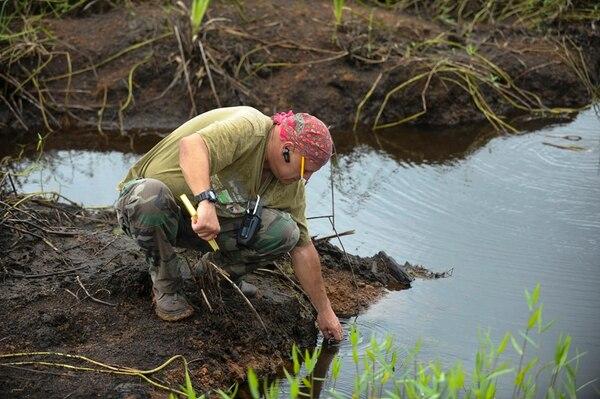 Juan Sánchez, del TAA, mide los daños que sufrió un humedal en Los Chiles, tras ser quemado y drenado. | L. NAVARRO