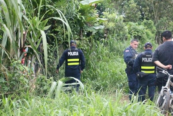 Oficiales de la Fuerza Pública custodiaron la finca donde habitaba el adulto mayor, en espera de la llegada de los agentes judiciales. Foto: Reiner Montero