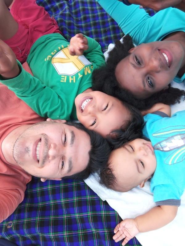 Róger Sánchez, su esposa Inés Bukeyeneza y sus hijos Daniel Nganji, de cuatro años, y Dylan Ntahe de tan solo cuatro meses. Viven en Sabana Larga de Atenas.