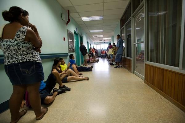 Las doce sillas del servicio de Emergencias del Hospital Tony Facio no dan abasto. Los pacientes deben esperar en el suelo para ser atendidos.   PABLO MONTIEL