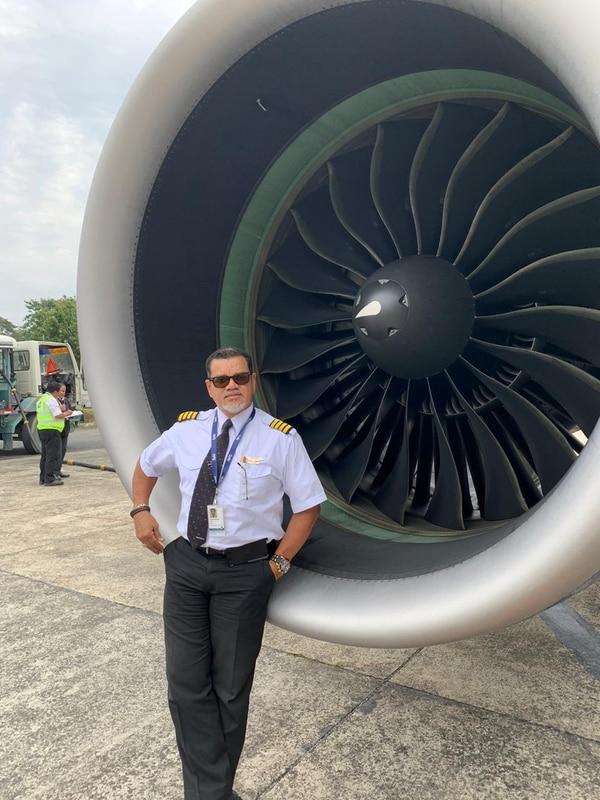 Norman Brown posando en la turbina de uno los aviones que volaba. Foto: Cortesía de Norman Brown