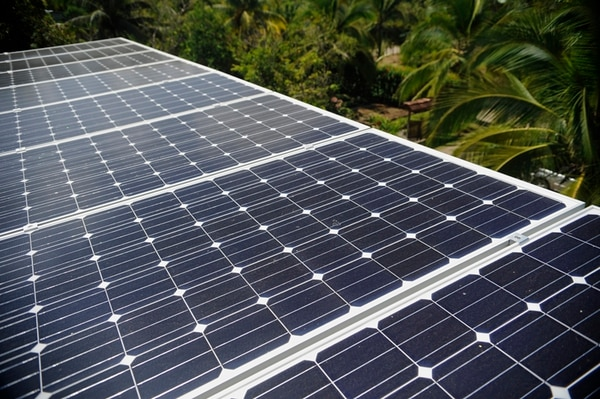 Aunque el escenario es muy lejano en Costa Rica –enfatizan ingenieros de la UCR–, la concentración de paneles en una misma zona podría dañar la red de distribución del área.   MAYELA LÓPEZ
