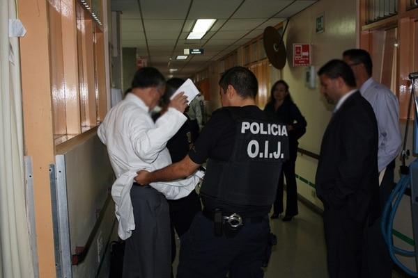 Agentes del OIJ y Fiscalía en el momento en que arrestaron al nefrólogo Francisco Mora Palma, dentro del Hospital Calderón Guardia. | CORTESÍA DEL OIJ