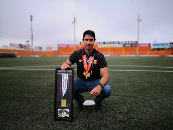 Pablo Salazar con todas sus medallas de campeón que obtuvo con el Herediano. FOTO: Steven Oviedo