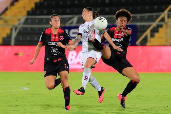 Marta Cox resultó un comodín para Alajuelense, pues genera juego, ataca y también defiende. Fotografía: Rafael Pacheco