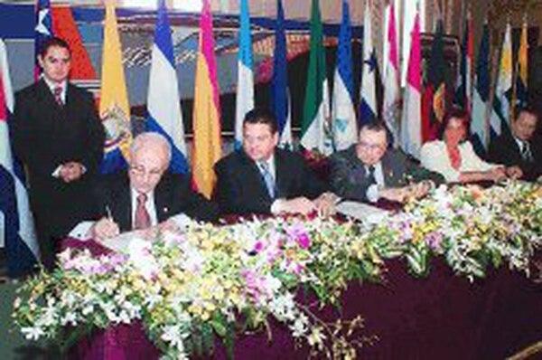 El ministro de Cultura, Guido Sáenz, firma el documento donde se declara a San José