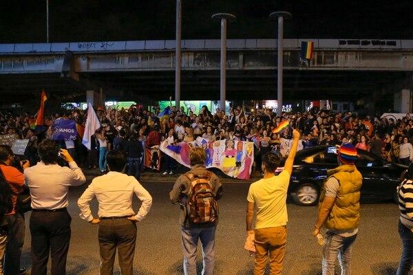Miembros de la comunidad LGBTI celebran en la Fuente de la Hispanidad, ubicada en San Pedro de Montes de Oca, el hecho de que la Corte Interamericana de Derechos Humanos (CIHD) ordenara este martes al gobierno de Costa Rica reconocer a la comunidad gay todos los derechos existentes en la legislación, incluyendo el derecho al matrimonio. Foto: Mayela López