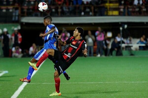 Johan Venegas de Alajuelense intenta robar un balón ante un jugador del Árabe Unido.